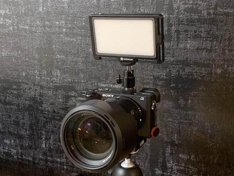カメラのコールドシューにLED照明を装着した画像
