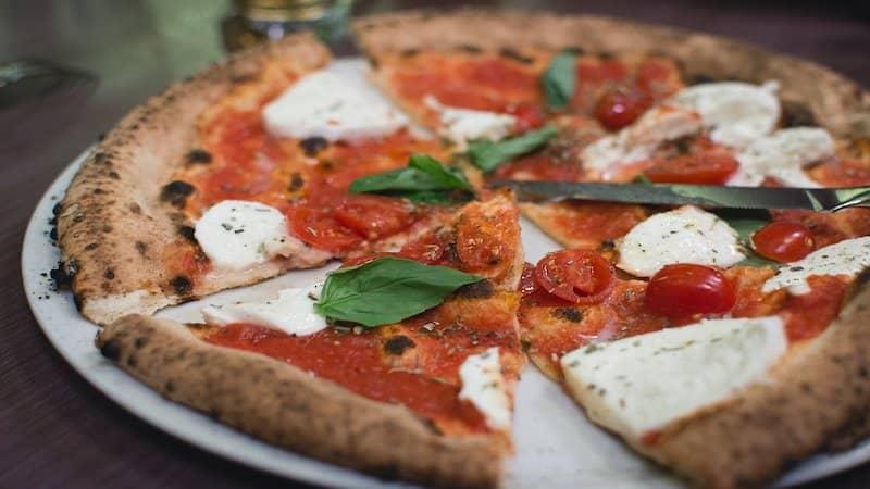 おいしそうなマルゲリータピザ